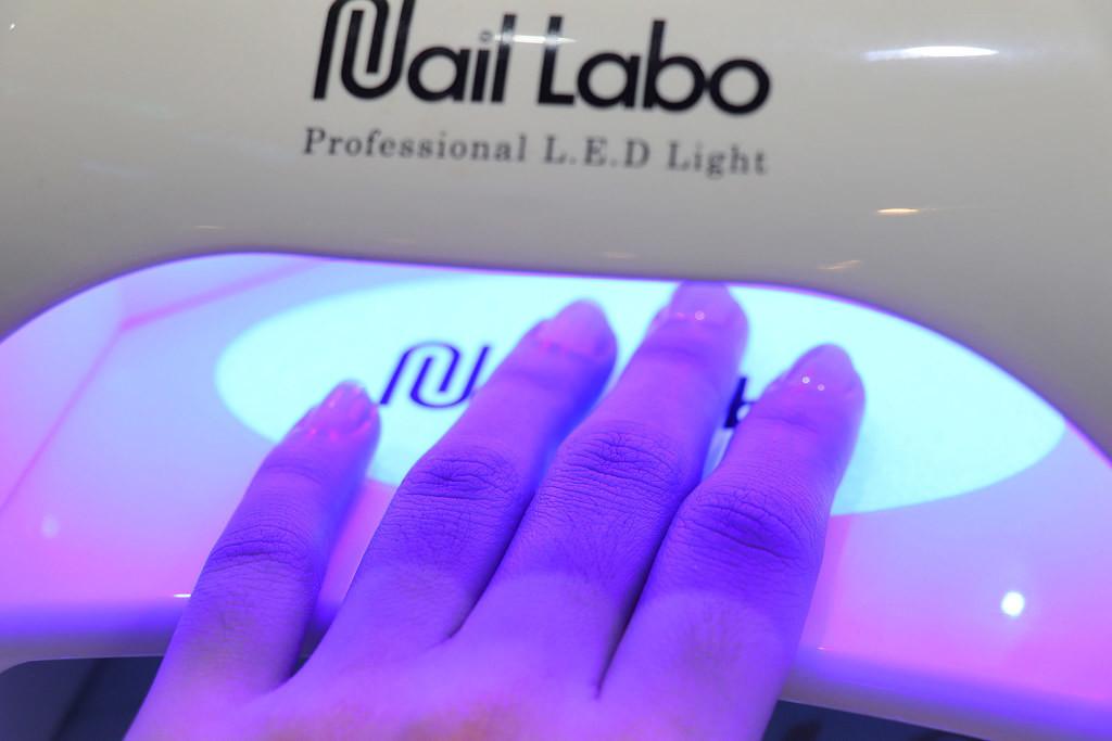 新北南勢角凝膠美甲彩繪推薦-UV燈光療|幻羽毛美甲彩繪上色過程